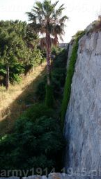 43. Widok przez blanki tej bastei z kolejnego prześwitu spomiędzy merlonów, wzdłuż muru na wieżę narożną na planie oznaczoną nr. 4.