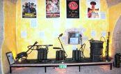 Omawiany miotacz stoi pod ścianą w kącie po prawej stronie (Museo dei materiali per la difesa NBC)