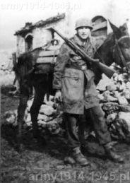 Niemiecki spadochroniarz z 1.FJD na Linii Gustawa. Niemcy bardzo chętnie używali MAB.