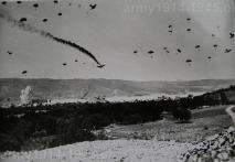 Niemiecki desant nad zatoką Suda na Krecie. Właśnie spada strącony samolot transportowy Ju-52