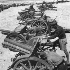 Cyrenajka 1940/1941. Po klęsce Grazianiego żołnierze alianccy gromadzą zdobycze wojenne. Na pierwszym planie haubica 100/17 mod.914 na drugim armata 75/27 mod.906, a dalej dwie haubice, trzy armaty i kolejna haubica. Jak widać tylko armaty miały ogumione koła, zaś haubice musiały być holowane na amortyzowanych wózkach.