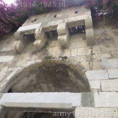 Machikuły nad bramą wjazdową do miasta pozwalały wylewać na atakujących np. rozgrzaną smołę, lub ewentualnie zrzucać kamienie.