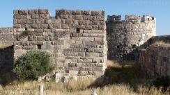 56. Na pierwszym planie baszta przedmurza chroniącego ścianę zamku wewnętrznego. Z baszty tej można było skutecznie ostrzeliwać z łuków i kusz wylot tunelu bramy wjazdowej muru zewnętrznego.