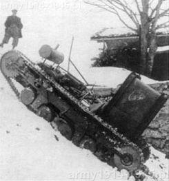 Moto Guzzi na gąsienicach wspina się w zimie na strome wzniesienie. Z przodu nad maską silnika transportował lufę działa 75/13 i rozmontowaną lawetę.