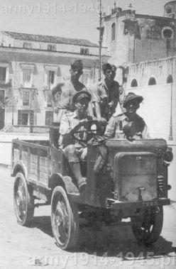 12 lipca 1943 r. po sukcesie lądowania na Sycylii, Brytyjczycy paradują na głównym placu miasta Avola na autocarette mod. 36 Mt.