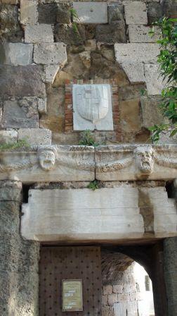 4. Tarcza herbowa wielkiego mistrza Emery d'Amboise (był wielkim mistrzem w latach 1503-1512)