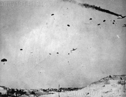Niemiecki desant nad lotniskiem Maleme. Kolejny Ju-52 idzie do ziemi