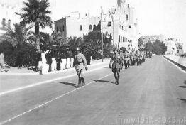 Defilada żołnierzy włoskiego garnizonu Kos na bulwarze nadmorskim. (Isola Coo)