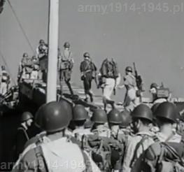 Załadunek piechoty włoskiej na okręt desantowy