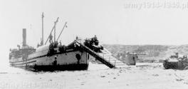 Zdjęcie z próbnego desantu. Dobrze widać opuszczony pomost z którego zjeżdża tankietka L3/35. Zdjęcie dobrze oddaje warunki z jakimi musieli radzić sobie Włosi.