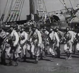 Defilada marynarzy na Rodos przed załadunkiem na okręt desantowy.