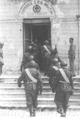 Spadochroniarze zajmują siedzibę żandarmerii na Zakintos (Zante).