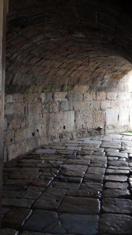 5. Tunel wejściowy zmuszał do zejścia z konia i poruszania się pieszo.