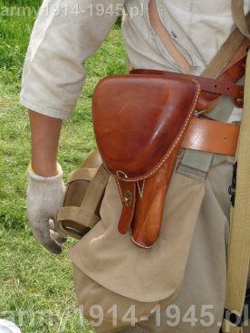 Kabura pistoletu Typ 14 Nambu. Warto zwrócić uwagę na duże rozpinane rozcięcie wentylacyjne z boku bluzy mundurowej.