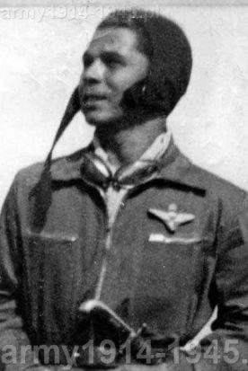 """Na zdjęciu Armando Perna w 1939 r. w Libii. Po wojnie zasłużony dla rozwoju włoskiego spadochroniarstwa. Na zdjęciu z wyjątkowo ważną, jak i dość ciężką i dużą odznaką dla spadochroniarza. Obecnie niezwykle rzadki metalowy znaczek oznaczał otrzymanie """"nieoficjalnego"""" patentu skoczka spadochronowego, bo Rzym uznał te patenty dopiero 15 stycznia 1939 r. (mymilitaria.it)"""