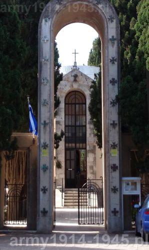 Brama wjazdowa na teren kościoła. (Isola Coo)