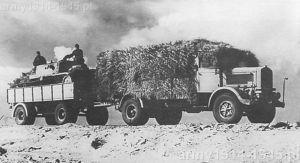 Na zdjęciu świadectwo potęgi Lancii 3Ro. Pojazd holuje przyczepę na której znajduje się prawie 15-tonowe pancerne działo samobieżne Semovente da 75/18. Zespół porusza się po drodze w Afryce Północnej - rok 1942 – stąd piaskowy kamuflaż pojazdów. Ciekawa jest dodatkowa mata maskująca upleciona z wystającej z niej słomy pokrywająca ciężarówkę.