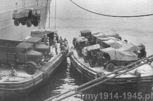 Wyładunek sprzętu w albańskim porcie podczas wojny z Grecją. Na dole po lewej widoczne są 2 ciężarówki 3Ro, natomiast niemal ponad nimi na linach dźwigu wisi autocarretta OM, co pozwala porównać wielkość tych dwóch ciężarówek. Dalsze OM stoją na drugiej barce po prawej stronie zdjęcia.