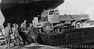 Wyładunek Lancia 3Ro w porcie w Tunisie. Pojazd jest pochodzenia cywilnego i ma karoserię Zagato. Przy wyładunku zgodnie pracują żołnierze włoscy i niemieccy.