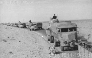 Kolumna 3Ro przewożąca w Libii na przyczepach Viberti czołgi średnie.