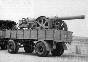 Lufa armaty 152/37 M 15/16 w położeniu transportowym załadowana na przyczepę Viberti i holowana przez Lancia 3Ro. Afryka Północna. (Wikipedia)