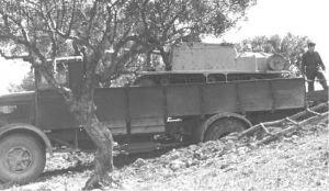 Załadunek przeciwpancernego działa samobieżnego Semovente da 47/32 bezpośrednio na skrzynię ładunkową 3Ro przy wykorzystaniu podkopanego wzgórza jako rampy załadunkowej.