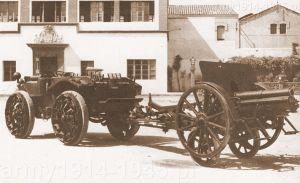 Haubica 100/17 mod.914 na wózku elastycznym holowana przez kołowy ciągnik artyleryjski Pavesi.