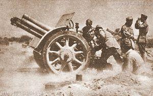 Lato 1942 - Afryka Północna. Haubice 100/17 prowadzą ogień zaporowy.