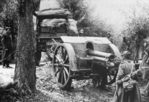 Rok 1940/1941, Albania - Front włosko-grecki. Ciągnik artyleryjski Pavesi holuje haubicę 100/17 mod.914 umieszczoną na wózku transportowym po błotnistej drodze.