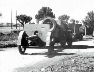Zdjęcie wykonane w 1943 r. niedaleko Rzymu – ciągnik TL37 holuje haubicę 100/22 TM.