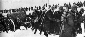 Rosja 1942/1943. Haubica 100/17 była z żołnierzami włoskimi na wszystkich frontach i wiernie służyła.