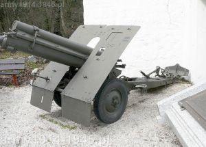 Haubica 100/17 mod 14/16/50 wyposażona w koła samochodowe, ustawiona na zewnątrz przed muzeum historycznym Alpini w Trento