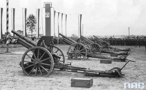 Źródło: archwum NAC. Stalowa Wola, rok 1939 - uroczystość przekazania haubic 100 mm w darze od pracowników Zakładów Południowych na FON.