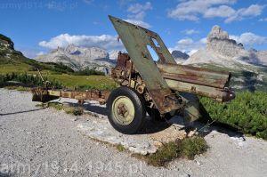 Haubica wyposażona w ogumione koła ustawiona na Monte Piana (Wikipedia)