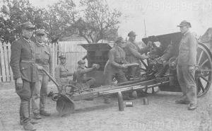 Lata dwudzieste. Haubice 100 mm wz.14 z 23. pal. Działo produkcji Skody, prawdopodobnie z czasów I WW, posiada błotniki kół i siedziska z przodu na tarczy pancernej.