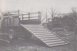 Rampa załadowcza przymocowana do ciężarówki Polski Fiat 621L. Operowanie taką rampą w warunkach polowych byłoby karkołomnym zajęciem.