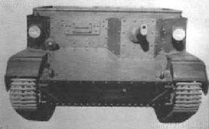CVP-4 widok z przodu. Tradycyjnie dla Włoch miejsce kierowcy znajdowało się po prawej stronie. Jarzmo broni z pancerną osłoną na lufę przeznaczone było na km Breda Mod.38.