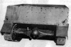CVP-4 widok z tyłu. Tak jak w Universal Carrier tylny most znajdował się na zewnątrz opancerzenia.