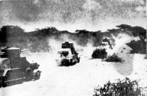 Kolumna samochodów pancernych Fiat 611B. Po obróbce cyfrowej zdjęcia potwierdziło ono sposób rozmieszczenia karabinów maszynowych i typ ich gniazda stosowanego na tej wersji pojazdu.