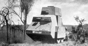 Fiat 611B w widoku od tyłu. Dokładnie widać rozmieszczenie stanowisk karabinów maszynowych, tylnego stanowiska kierowcy i tylny luk ewakuacyjny.