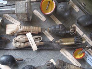 23. Na środku: granaty brytyjskie z taśmą stabilizującą - Granat model No 19 i model No 2 Mk 2