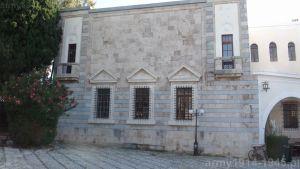 Ściana pałacu od strony platanu Hipokratesa ma zupełnie inny styl wykończenia niż reszta budynku. (Isola Coo)