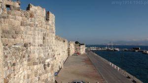 58. Widok wzdłuż muru obronnego od strony morza w kierunku północnym. Z lewej baszta oznaczona nr 7.