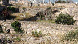 """17. Inne ujęcie tego mostu. W głębi widać od tyłu najpotężniejszy element fortyfikacji, czyli basteję nazywaną """"Del Carretto Bastion"""" od nazwiska wielkiego mistrza Fabrizio del Carretto, oznaczoną na planie zamku nr 2."""