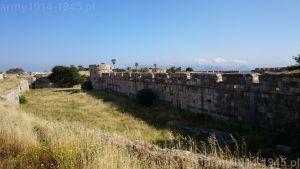 37. Widok w kierunku północnym na mur zamku wewnętrznego. Kończy go wieża oznaczona na planie nr 9.