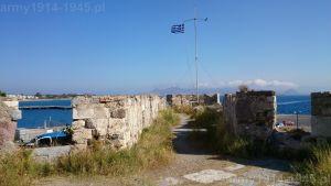 46. Widok w kierunku północnym do wnętrza wieży oznaczonej na planie nr 4. Dumnie powiewa grecka flaga a w oddali Turcja.