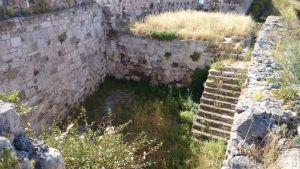49. Ruiny zabudowań zamku. Nie rozpoznałem ich przeznaczenia. Na dole zamurowane łuki w murze zewnętrznym wyglądają jak zamurowane strzelnice dla dział.