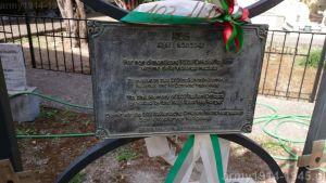 Kolejna – metalowa tablica pamiątkowa i inne elementy z miejsca upamiętnienia mordu 103 oficerów włoskich na Kos. Od razu widać, że kilka osób podejmowało niezależne próby utrwalenia pamięci o poległych. Ostatnie zdjęcie to brama wyjazdowa widziana od strony kościoła (od tyłu). Opuszczamy to miejsce, lecz nie zapomnimy. (Isola Coo)