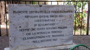 Pierwsza tablica upamiętniająca 66 zamordowanych. (Isola Coo)
