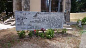 Na tablicy wypisane są nazwiska zamordowanych. (Isola Coo)
